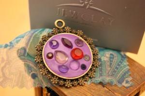 把各式 Swarovski 晶鑽鑲嵌在同一個鍊鐆托上,是近年一種時尚創意飾品設計。