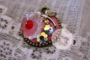 那朵紅蕊小花是十多年前 Swarovski SCS 年會的會員特別禮物,收藏了很久,結果這天,我把它鑲嵌在 JEWCLAY 上面,可以配戴了啦!